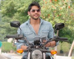 Rarandoi Veduka Chudham movie Naga Chaitanya on bike