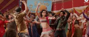 sweety-tera-drama-kriti-sanon-ayushmann-and-rajkumaar-dancing
